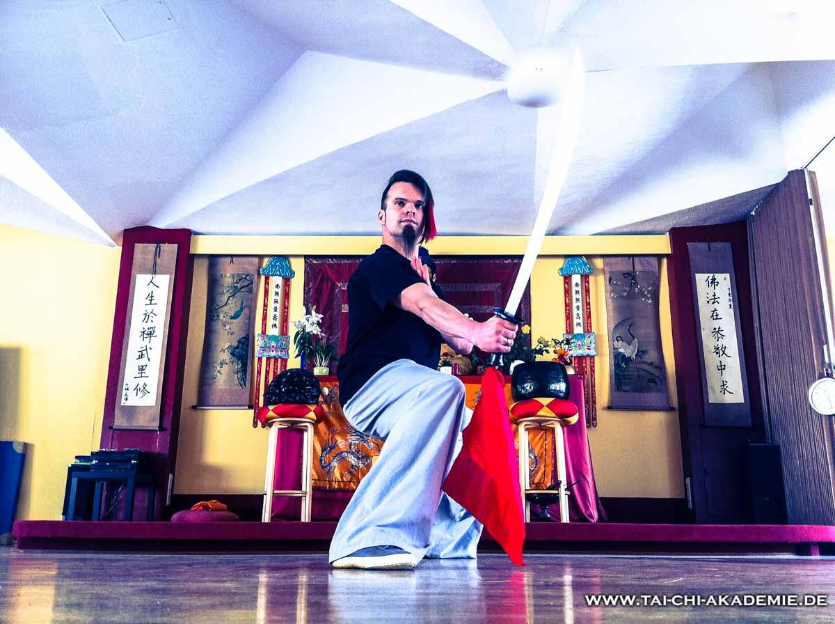 Unser Trainer Jörg Roth bei der Säbelform in der Buddhahalle des Shaolintempels