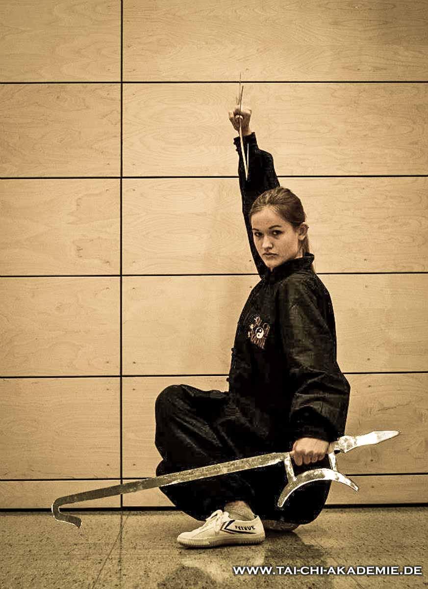 Isabell mit einem Tigerhakenschwert
