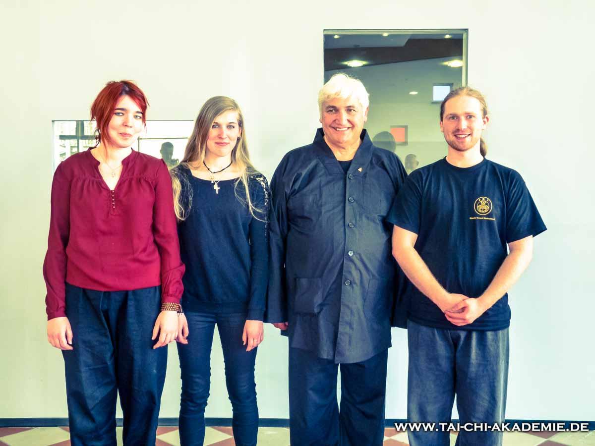 1. Unsere Delegation, zusammen mit Dharma-Meister Yan Cheng. 35. Generation des Shaolin Tempels.