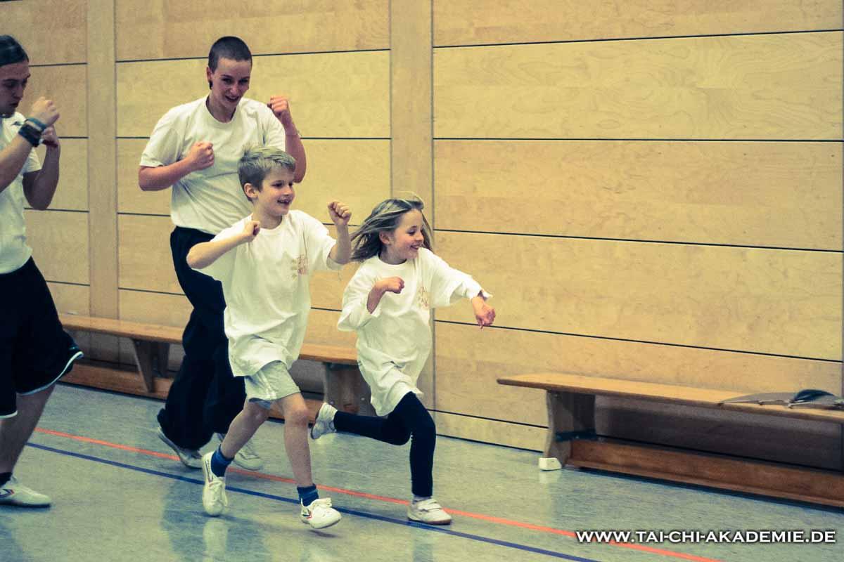 Ausdauer-, Koordinationstraining und Fallbeispiele machen Kinder stark.