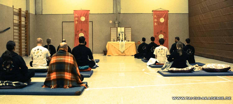Wie der Tiger vor dem Sprung sammelten wir Kraft in der Meditation