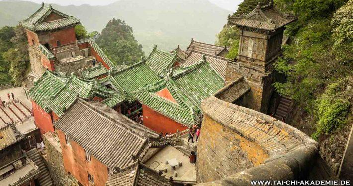 Ein Bild aus dem höchstgelegenen Tempel der Wu Dang Berge. Um dort hinzugelangen muss man entweder 4 Stunden wandern oder die moderne Seilbahn aus Österreich benutzen.