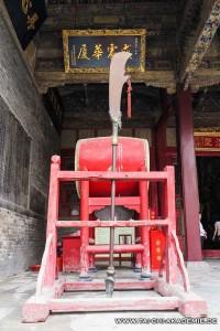 Eine etwas übertriebene Version der Hellebarde im Guan Lin Tempel in Luoyang