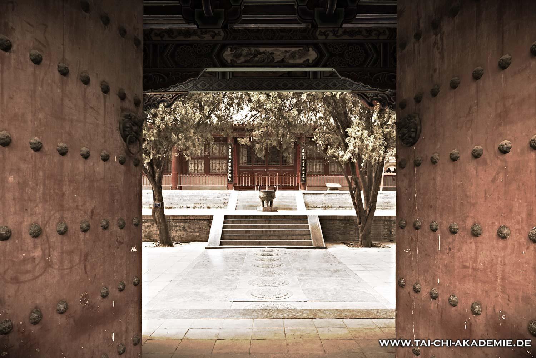 Wer regelmäßig Qi Gong übt, öffnet die Tore zu seinem inneren Tempel