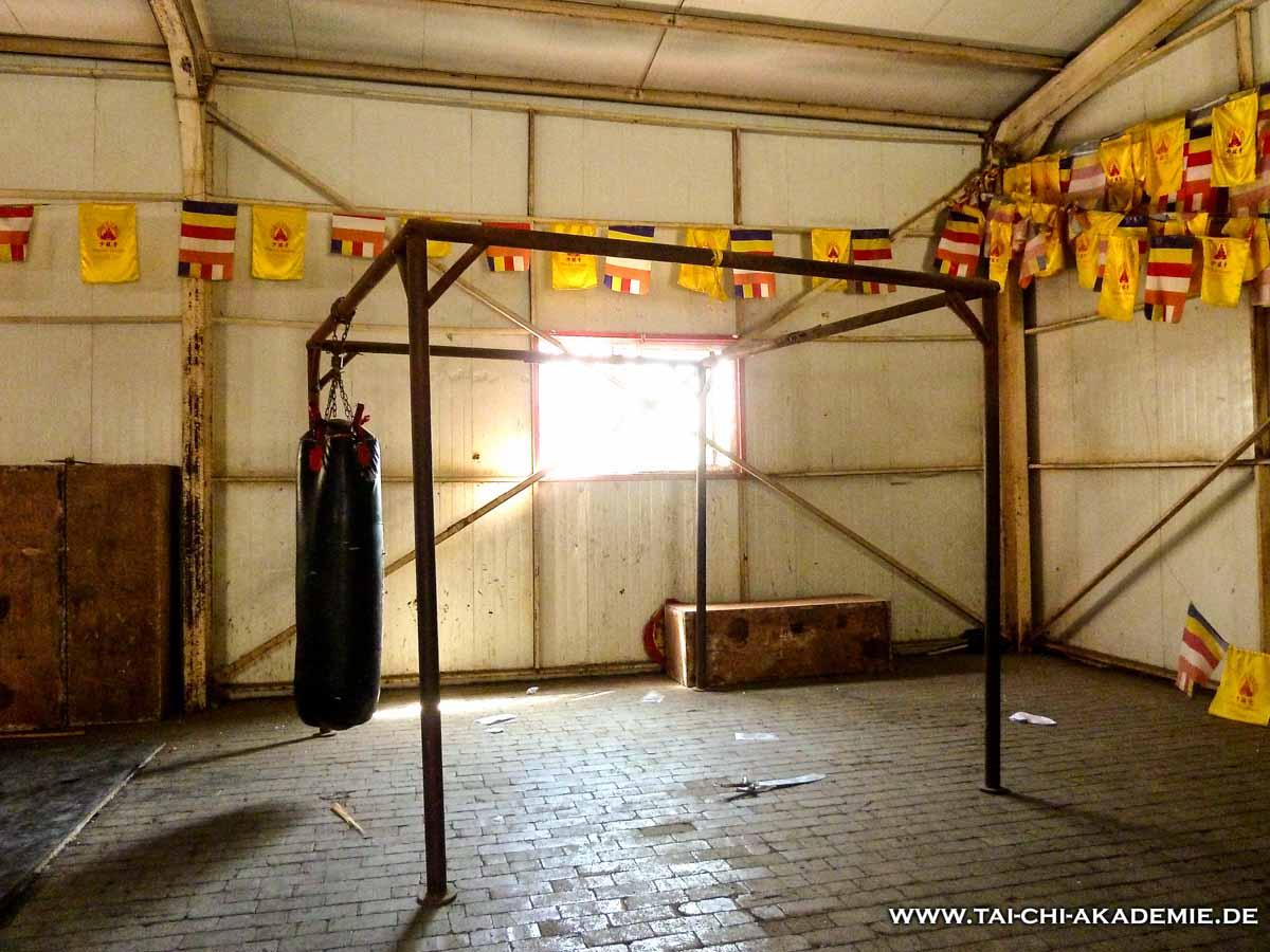 Die Trainingshalle des Shaolin Tempels in China, ist in sehr schlechtem Zustand, aber man fühlt sich wie beim Underdog Training in den alten Rocky-Filmen, was unglaublich Motivation spendet.