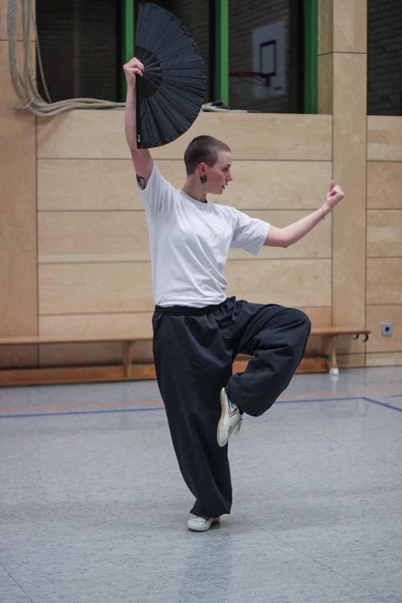 Esther Engel beim üben der Tai Chi Fächerform