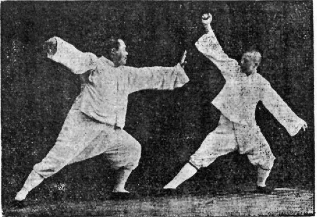 Fotografie des Großmeisters Yang Cheng Fu. (1883; † 3. März 1936) bei Anwendung der einzelnen Peitsche aus dem Yang Tai Chi Chuan ( Quelle des Fotos Wikipedia )