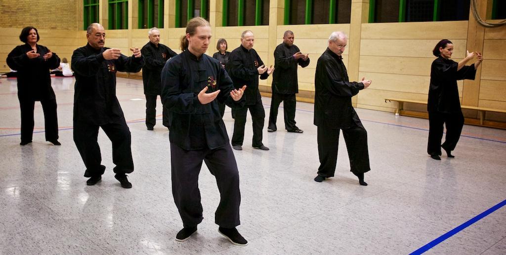 Joshua Bold, Meister Adelino Rondalli und eine der Tai Chi Chuan Gruppen in Kaiserslautern.