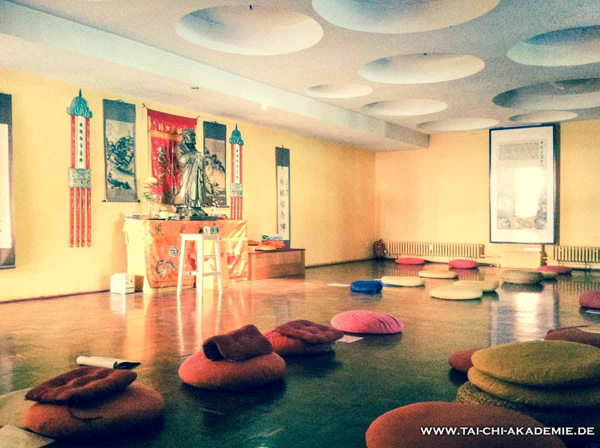Der Seminarraum in der Dharmahalle. Hier lauschten wir den Worten von Shi Yan Cheng