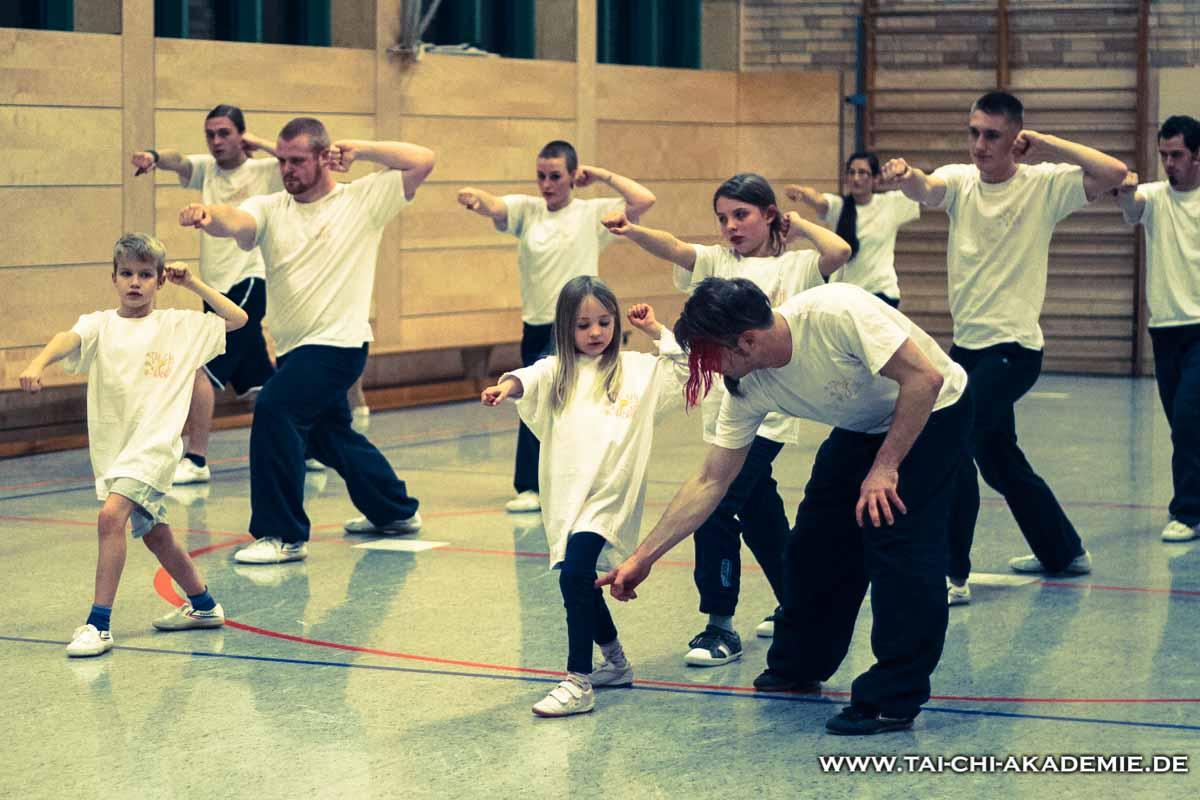 In unserer Gruppe ist es normal, daß Kinder den Erwachsenen gegenübertreten und ihre Verteidigungstechniken mit ihnen üben.