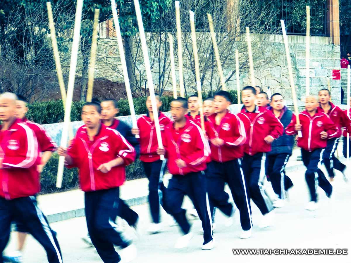 In China üben die Schüler 3 mal am Tag, bei Wind und Wetter im Freien. (aufgenommen in Dengfeng/China)
