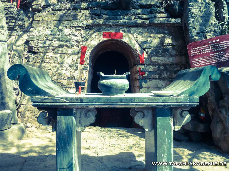 Ein Vorbild für die Geduld und Beharrlichkeit. In dieser Höhle meditierte Bodhidharma der Legende nach 9 Jahre lang.