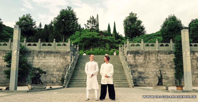 Jörg und sein Trainer James auf dem Trainingsplatz der China WuDang Kung fu Akademie. http://www.daoistkungfu.com