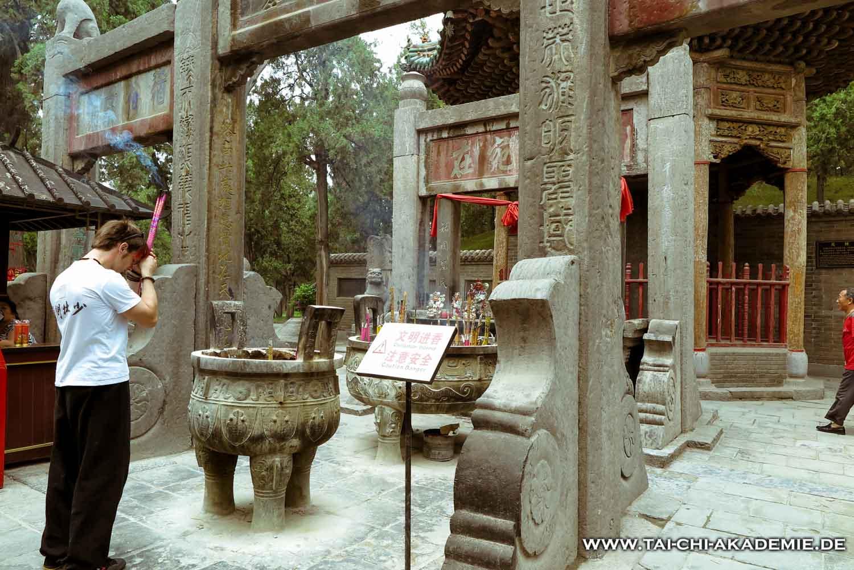 Jörg Roth am Grab des heldenhaften Guan Yu im Guan Lin Tempel