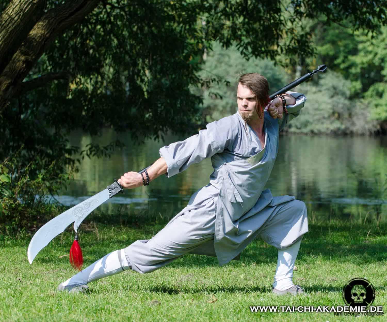 Wir unterrichten eine sehr alte Guan Dao Form, die Jörg Roth im Shaolin Tempel in China, von den Kampfmönchen, erlernt hat.