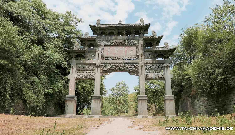 Um Neues zu erleben, braucht man den Mut durch fremde Tore zu schreiten. In Wudang findet man nicht nur Bauwerke sondern auch Wege ...