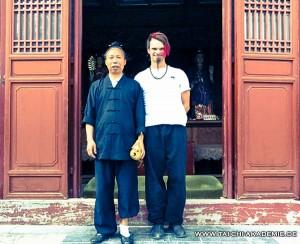 Der freundliche taoistischer Meister zusammen mit Jörg Roth