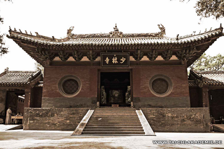 Ein seltener Anblick! Das Tor des Shaolintempels ohne Touristen.