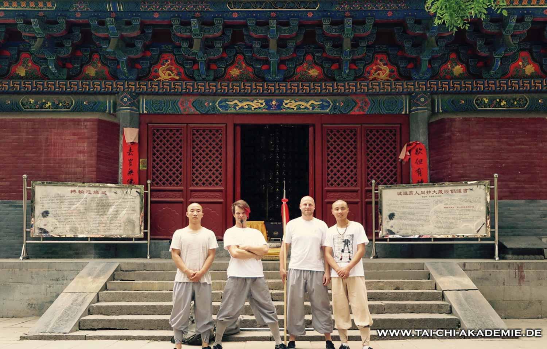 """Einige Jungs von der """"Pausenaufsicht"""", genauer gesagt Freunde aus dem Showteam von Shaolin."""