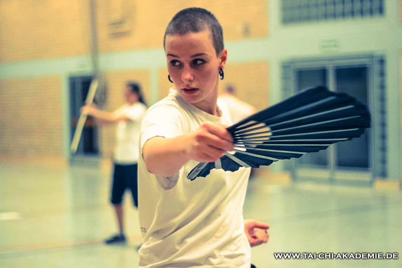 Auch im Tai Chi ist das Waffentraining enthalten. Ester Engel trainiert bei uns eine Fächerform.